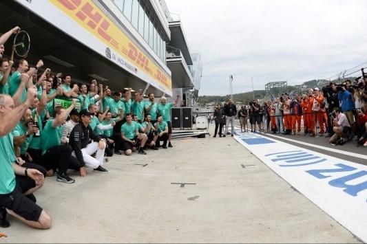 Raikkonen achtste na tijdstraf, Mercedes kampioen