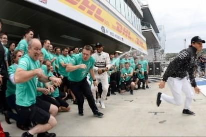 Wolff geeft teamleden van Mercedes compliment