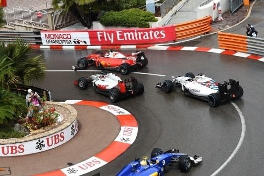 Kansloze race voor Grosjean na incident met Raikkonen