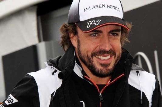 Alonso eert overleden Salom met speciale helm