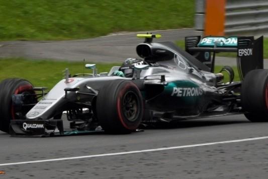 Tijdstraf, twee strafpunten en reprimande voor Rosberg