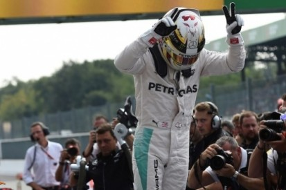 Hamilton evenaart Fangio en Senna met vijfde pole op Monza