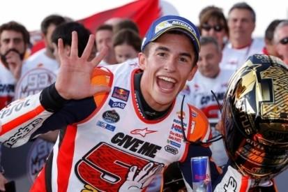 Marquez wereldkampioen na valpartijen Rossi en Lorenzo