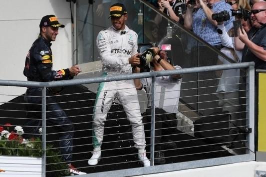 Hamilton bereikt als derde mijlpaal van vijftig GP-zeges