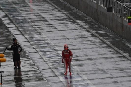 Raikkonen uit kritiek op regenbanden na crash op rechte stuk