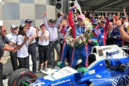 Sato vliegt naar Indy 500-zege, Alonso smaakmaker
