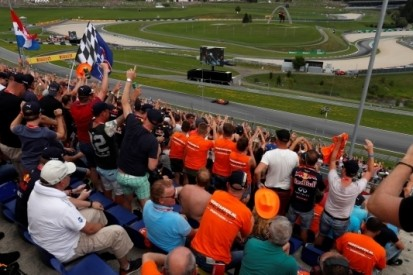 Verstappen geniet van oranjegekte op 'eigen' tribune