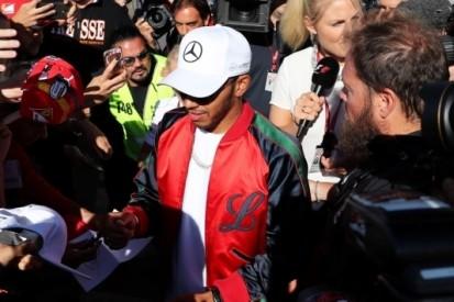 Hamilton met 'gepaste zorgvuldigheid' naar Singapore
