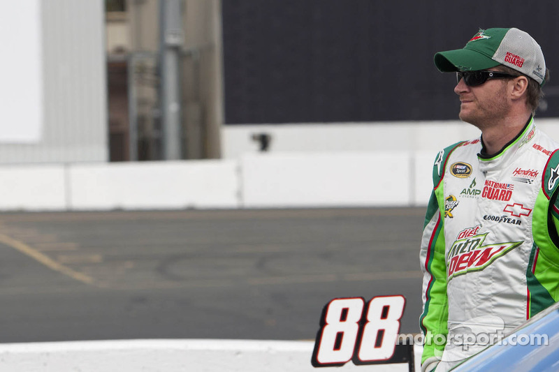 Earnhardt, Jr wins Richmond pole, Chevrolet drivers score four of top-five starting spots