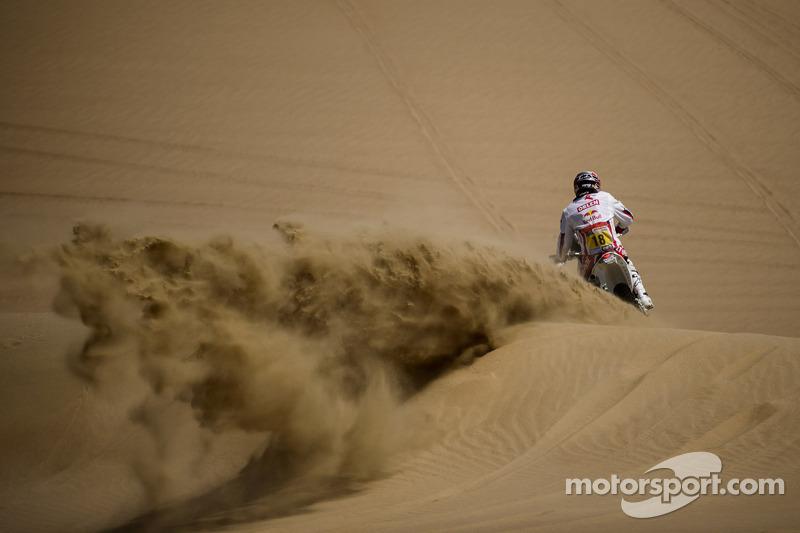 Peru: Stage 2 hits the sand dunes in Pisco loop - video