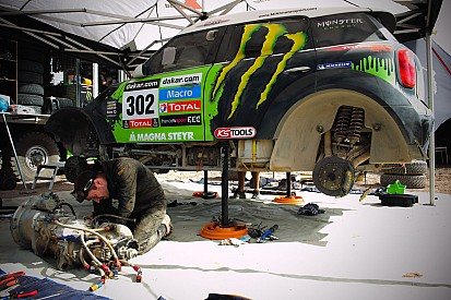 A lot of work on the rest day at Tucuman for X-raid team