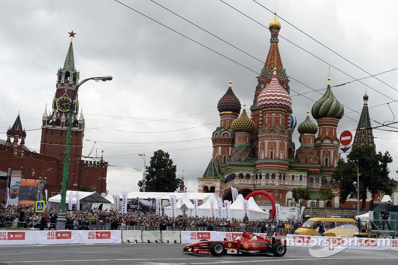 Kobayashi spectacular in rainy Moscow