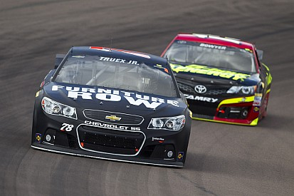 Grip issues drop Truex Jr. to 22nd in Phoenix race