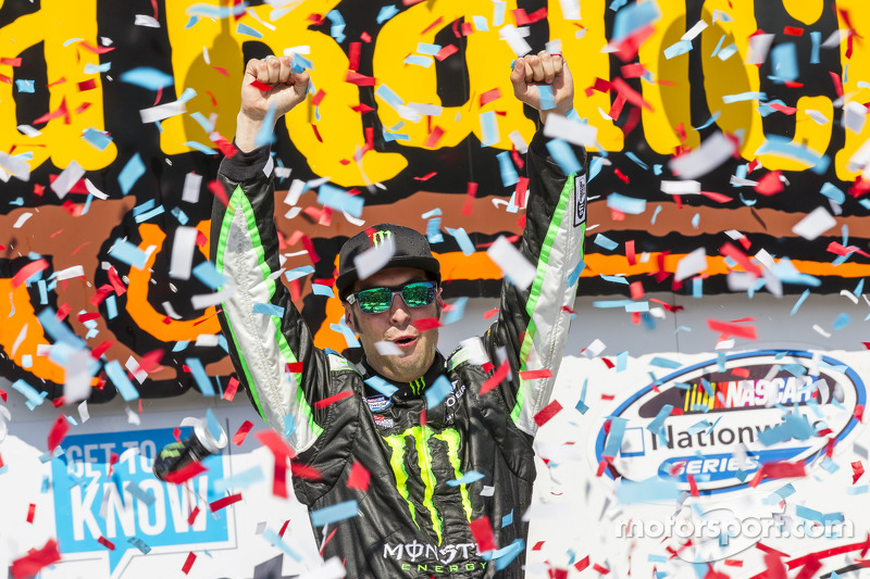 Hornish holds off Blaney and wins at Iowa