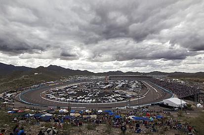 Lights out at Phoenix ... Truck race delayed