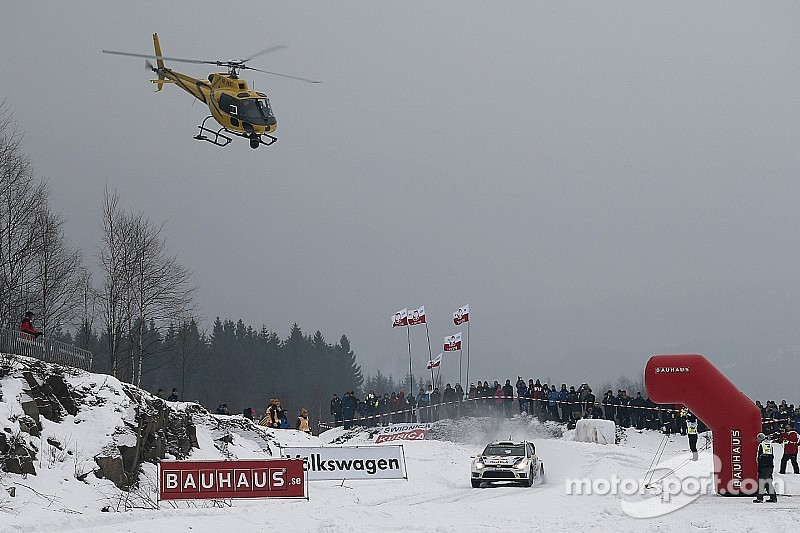 Car strikes photographer during Rally Sweden