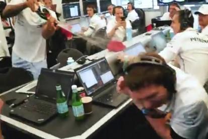 So herzhaft lacht Mercedes über und mit Lewis Hamilton!