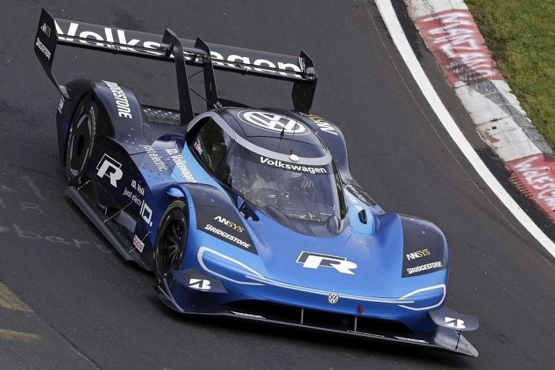 Romain Dumas fährt im Volkswagen ID.R Elektrorekord auf der Nordschleife