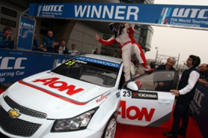 Shanghai WTCC: Tom Chilton beats Yvan Muller to race one win