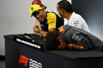 Schamhaar-Witz: Ricciardo beschert Norris Lachkrampf in der FIA-PK!
