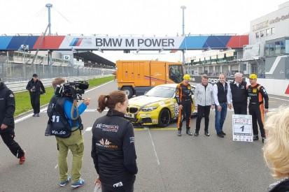 Kehrmaschine crasht VLN-Meisterzeremonie am Nürburgring