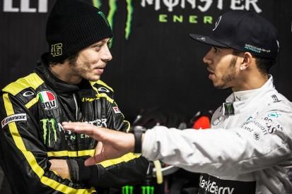 Fix: Rossi im Formel-1-Mercedes, Hamilton auf der MotoGP-Yamaha!