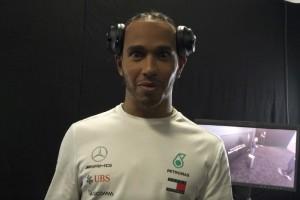 Mercedes-Fahrer Lewis Hamilton spielt Fans einen Streich