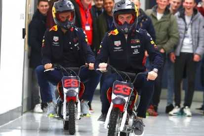 Highlights des Tages: Red-Bull-Duo macht auf Mopeds die Fabrik unsicher
