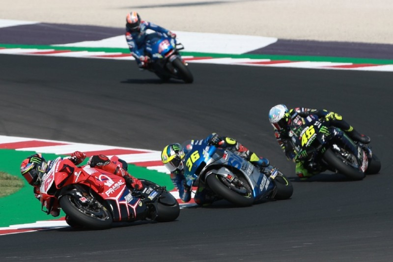 Suzuki: Joan Mir bezwingt Valentino Rossi, Alex Rins kämpft mit Armpump