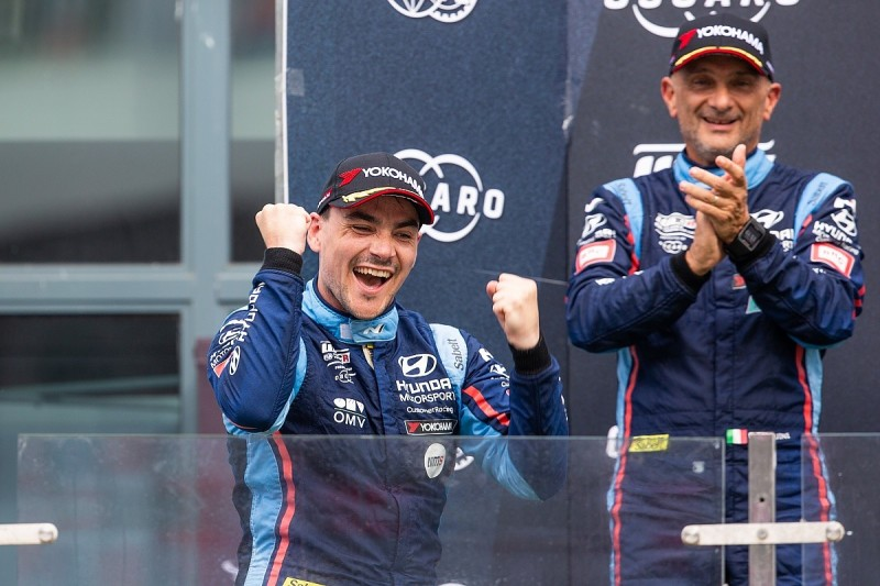 Michelisz storms to WTCR points lead after Priaulx battle at Ningbo