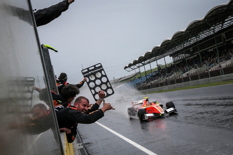 Tom Dillmann holds on for maiden Formula V8 3.5 win in Hungary