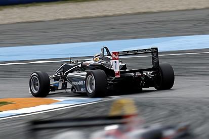 Леклер победил в третьей гонке