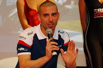 Marco Melandri sale sul palco di Motodays