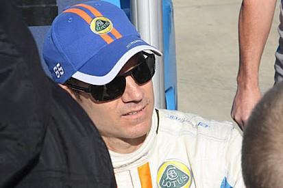 Johnny Mowlem firma la Dyson Racing