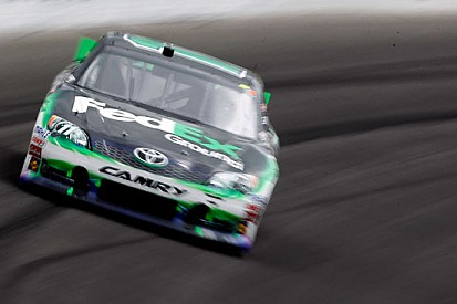 Hamlin beffa Truex al Kansas Speedway