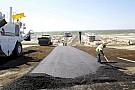 Ad Austin inizia la stesura del manto d'asfalto