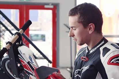 Lorenzo e Spies sfidano i tifosi Yamaha su Facebook