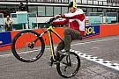I piloti in parata in bicicletta per ricordare Simoncelli