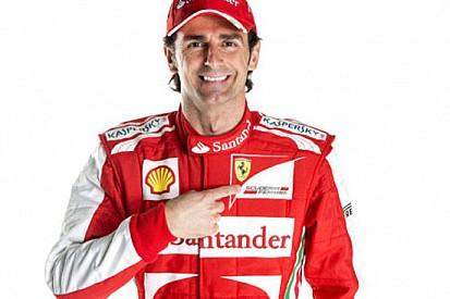 Ecco de la Rosa che veste la tuta della Ferrari