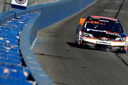 Denny Hamlin centra la pole a Fontana