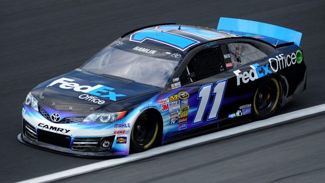 Denny Hamlin ritrova la pole position a Charlotte