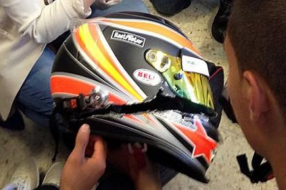 La de Villota mostra il casco squarciato dell'incidente