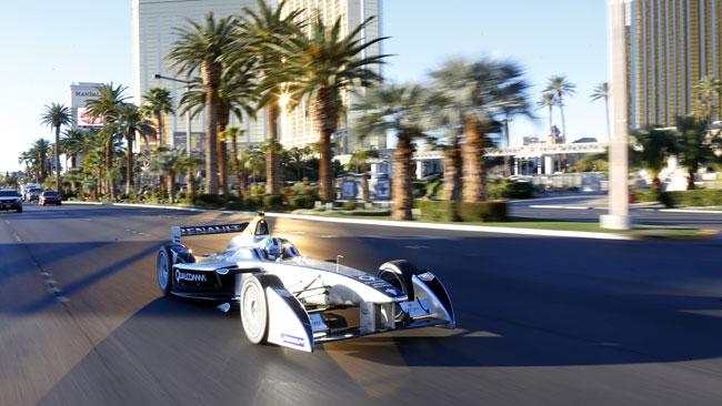 La Formula E sfreccia tra le strade di Las Vegas