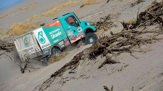 Dakar: De Rooy solo con 3 ruote motrici nella sabbia!