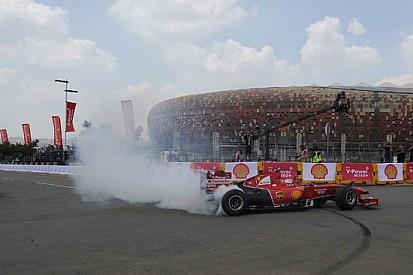 Gené dà spettacolo a Soweto con la Ferrari F60