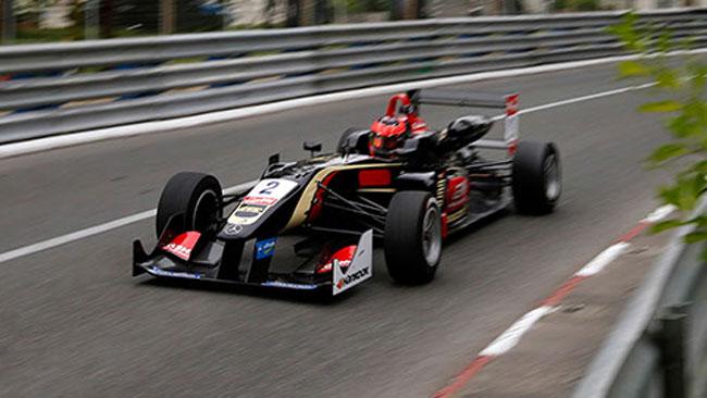 Esteban Ocon conquista la pole di gara 1 a Pau