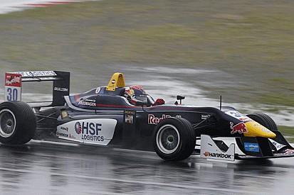 Verstappen coglie la pole sotto il diluvio