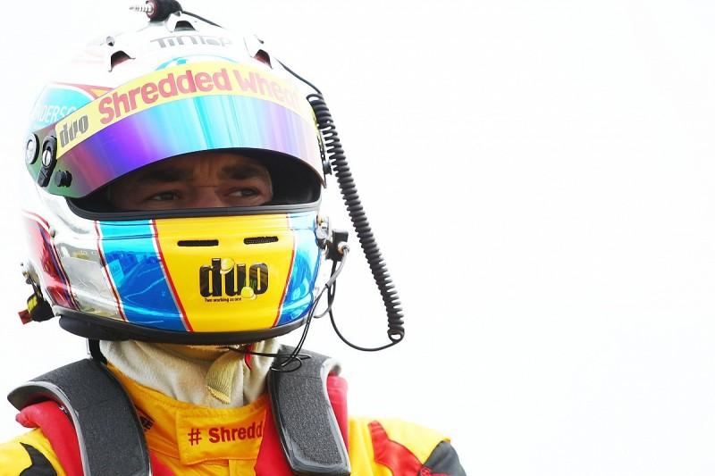 Croft BTCC: Qualifying halted after a twelve car pile-up