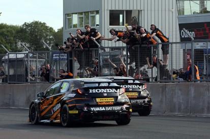 Oulton Park BTCC: Honda's Gordon Shedden battles to win in finale