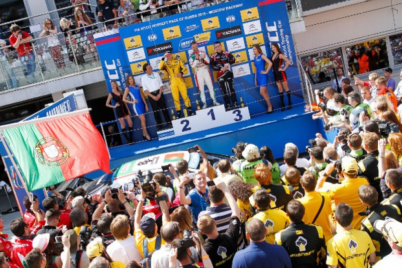 Moscow WTCC: Honda's Tiago Monteiro resists Rob Huff's Lada for win